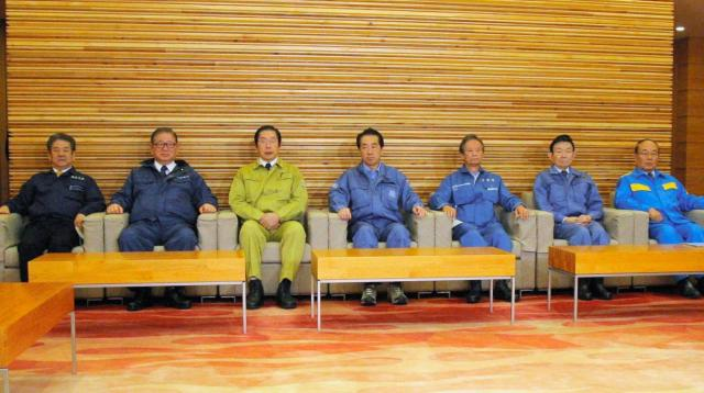 防災服で閣議に臨む閣僚たち=2011年3月18日