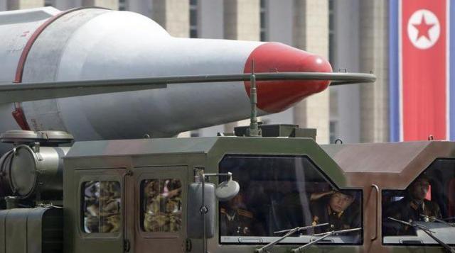 軍事パレードをする北朝鮮のミサイルを積んだ車両=2013年7月、平壌