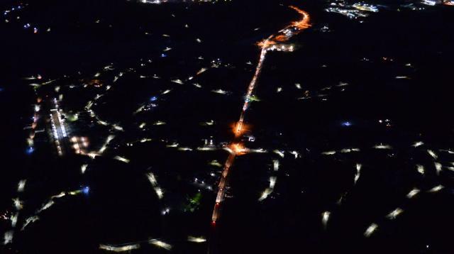 2015年9月に避難指示が解除された福島県楢葉町の夜景。町に戻った住民は少なく、街灯が照らすところだけが点線のように浮かびあがっていた=2016年1月13日、福留庸友撮影