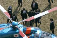 ヘリコプターで護送される容疑者