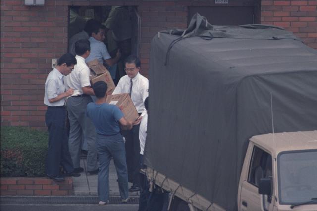 東京や埼玉で起きた連続幼女誘拐殺人事件で、容疑者宅から押収された雑誌やビデオテープを警察署に運び込む捜査員