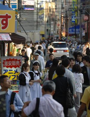週末になると、多くの人でにぎわう「オタロード」=大阪市浪速区、2006年
