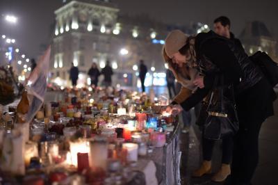 フランス・パリで、テロの犠牲者を追悼する人たち。捜査にUFEDが使われた=2015年12月