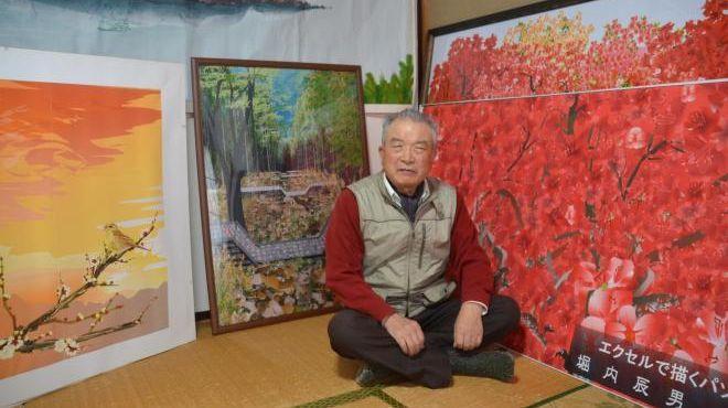堀内辰男さんと、エクセルでつくった作品=群馬県館林市