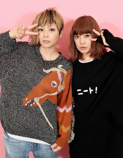 PUFFYの大貫亜美さん(右)と吉村由美さん。亜美さんの服には「ニート!」=東京都渋谷区、西畑志朗撮影