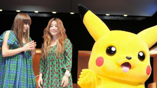 JAPAN国際コンテンツフェスティバルで並ぶPUFFYとピカチュウ=2007年9月19日