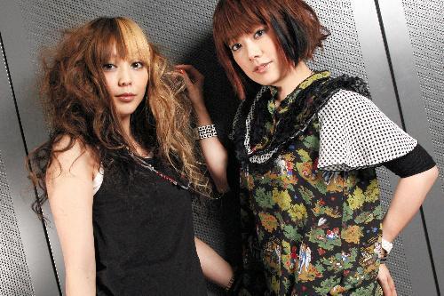 PUFFYの大貫亜美さん(右)と吉村由美さん=2006年6月13日、東京都内で、東川哲也撮影