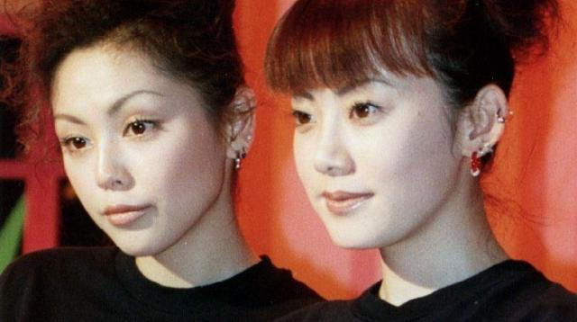 「PUFFY」の大貫亜美(右)と吉村由美(左)=2010年4月