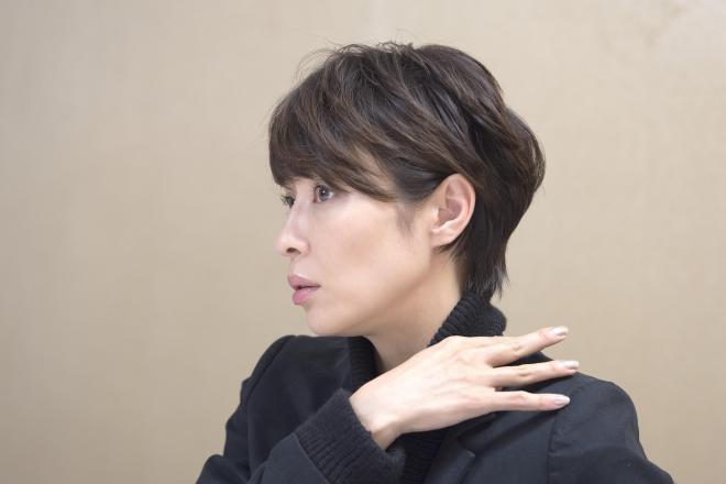 切った髪を寄付した女優の水野美紀さん=瀬戸口翼撮影