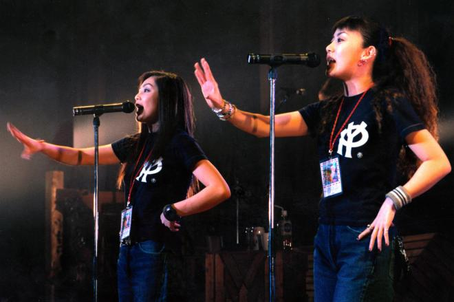 PUFFYの大貫亜美(右)と吉村由美=1997年4月15日
