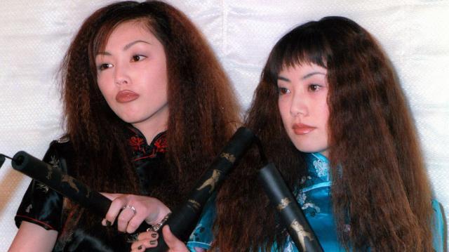 パフィーの大貫亜美(右)と吉村由美=1997年3月6日