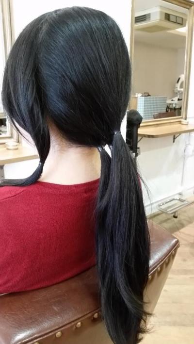 まずは髪をブロッキングして束に分ける