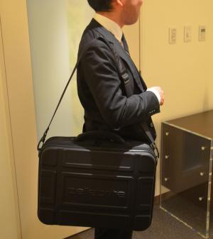 捜査員が、肩にかけて運ぶことができる
