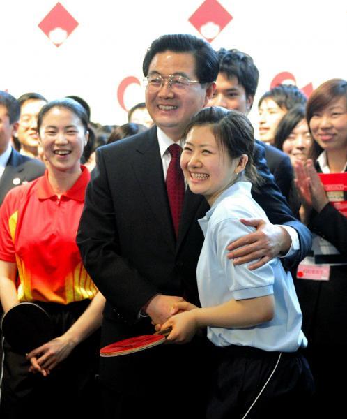 【2008年5月1日】2008年5月、早稲田大学を訪れ卓球の福原愛選手と握手する胡錦濤総書記
