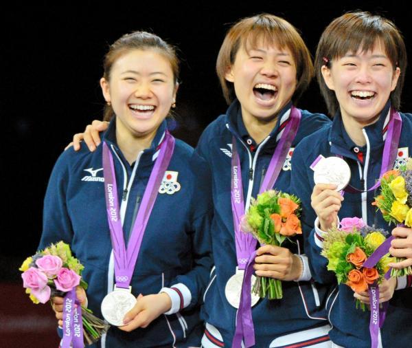 【2012年8月7日】銀メダルを獲得した(左から)福原愛、平野早矢香、石川佳純の3選手