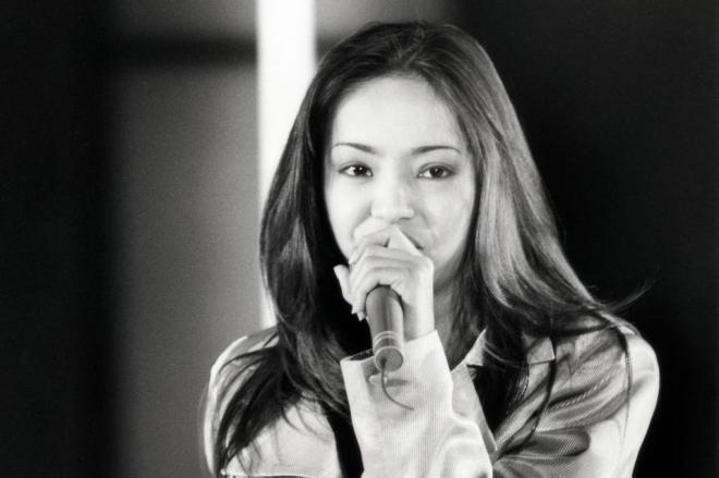 ゴールデンアロー賞受賞パーティーで歌う安室奈美恵さん=1996年2月撮影)