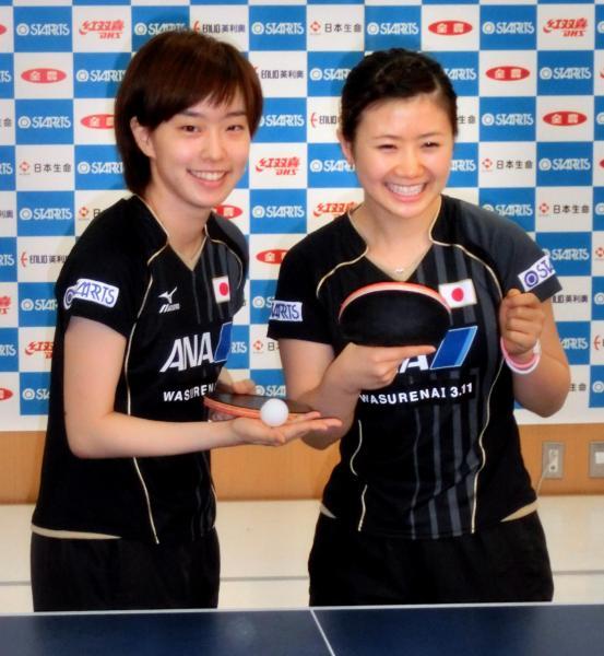 【2013年8月26日】新技を披露した福原愛選手(右)と石川佳純選手