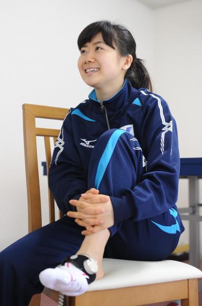 【2014年5月19日】疲労骨折した左足の回復を早めるため、毎日超音波をあてていると語る福原愛選手=井手さゆり撮影