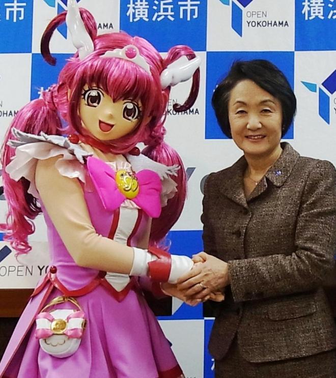 プリキュアと握手する林文子横浜市長=2012年