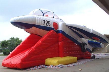 T-4ブルーインパルスを模したエアスライダー=メーカー提供