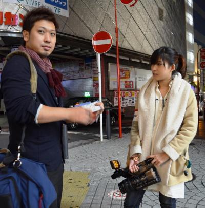 上野健ディレクターと井水奈奈アシスタントディレクター(右)