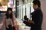 「家、ついて行ってイイですか?」=4月10日未明、東京・蒲田駅前