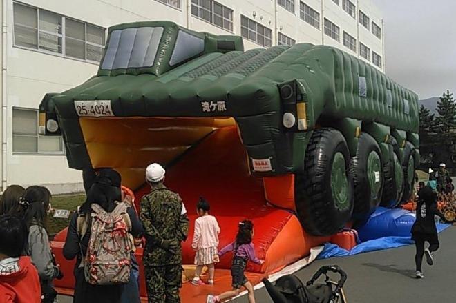 自衛隊の装甲車を模したエアスライダー=「A田」さん提供