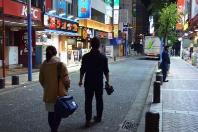 帰路につく上野健ディレクターと井水奈奈アシスタントディレクター(左)。お疲れ様です