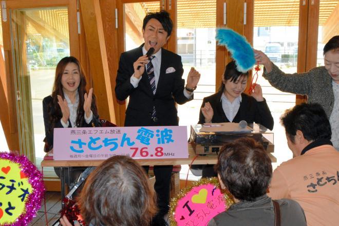 さとちんさん(奥中央)を中心に盛り上がるリスナーたち=2016年4月1日、新潟県三条市元町のステージえんがわ