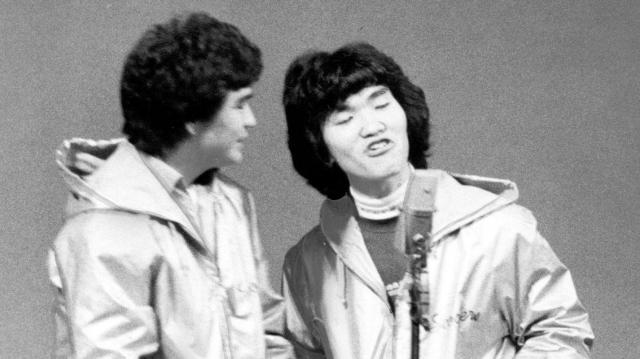 松本竜助さん(左)と島田紳助さん=1981年11月