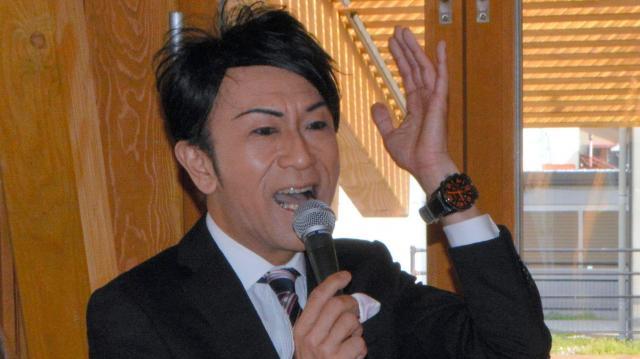 公開放送で話すさとちんさん(中央)=2016年4月1日、新潟県三条市元町のステージえんがわ