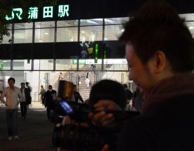 午前1時を過ぎ、そろそろ最終電車が発着する時間。だんだんタクシー乗り場も混み合ってきました。