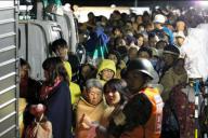 益城町役場から自衛隊の車両で避難所に移動する人たち=15日午前3時21分、熊本県益城町、小宮路勝撮影