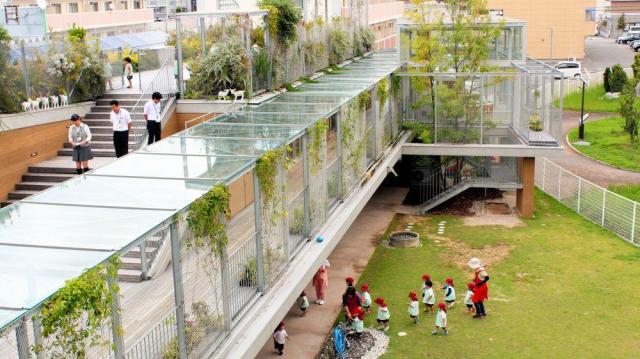 国内の優秀な建築物に与えられる「第56回BCS賞」を受けた「はあと保育園」。銀色の建物全体をつる性植物が伝う=2015年9月7日、山口市小郡平成町