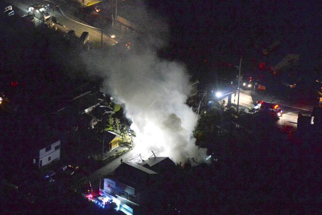 熊本地震で発生した建物火災=14日午後11時29分、熊本県益城町