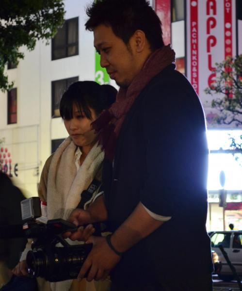 取材する上野健ディレクターと井水奈奈アシスタントディレクター(左)