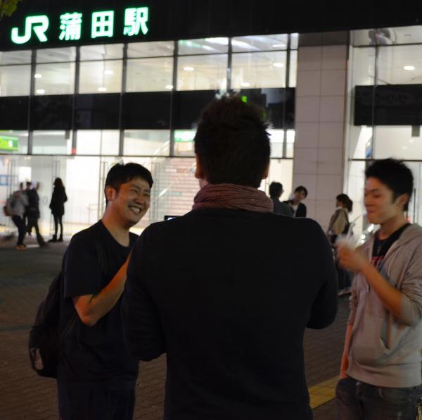 「最近気になったニュースは競泳・北島選手の引退です。感動しました」と話す若者(左)
