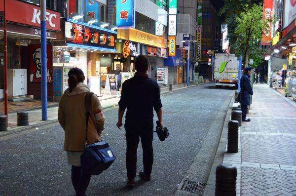 帰路につく上野健ディレクターと井水奈奈アシスタントディレクター