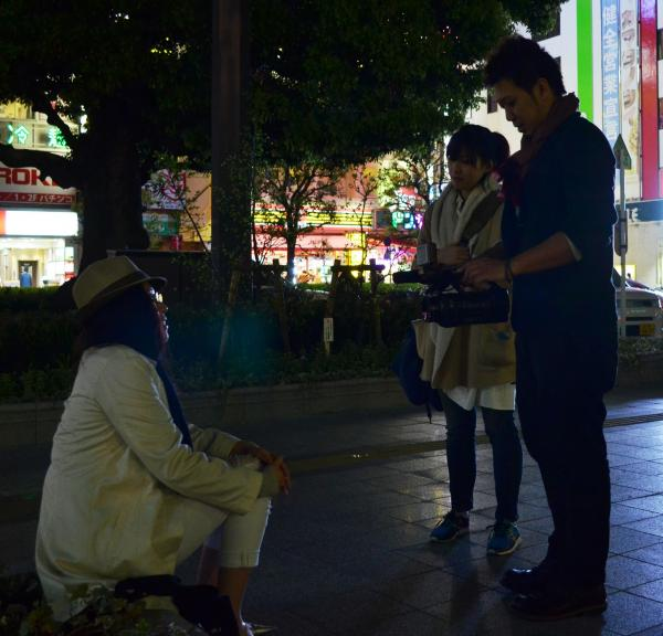 「旦那が夜勤なので友だちと飲みに来ました」と話す女性(左)