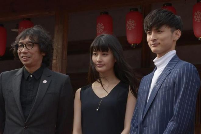 今年3月、故郷の熊本に集まった高良健吾さん(右)と行定勲監督(左)=熊本県山鹿市、福岡亜純撮影