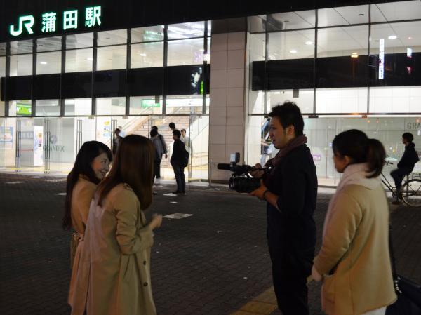 「まじで声かけてるんだ!? うけるー」。テンション高めな女子2人組み=写真はいずれも佐々木洋輔撮影