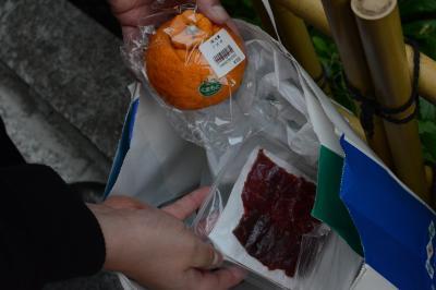 買い物客の男性はデコポンや馬刺しなど3千円分を購入