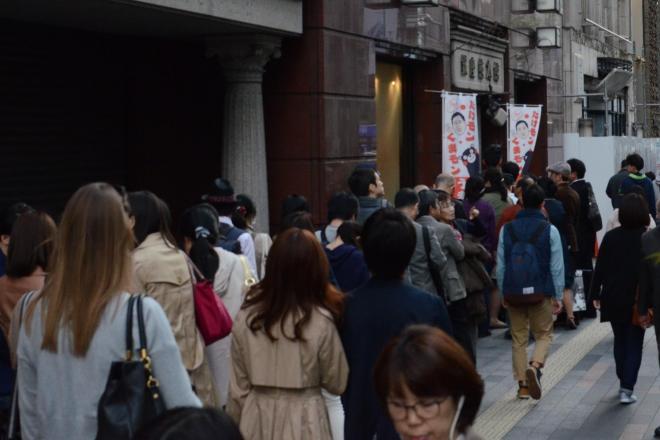 「銀座熊本館」の前にできた買い物客の長蛇の列