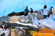 雨に備え、支援物資を置いた場所にはシートで屋根が作られた=16日午後5時3分、熊本県益城町、上田幸一撮影