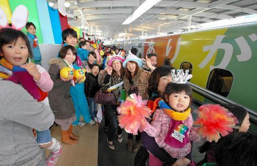 九州新幹線のCM、駅での笑顔=JR九州提供