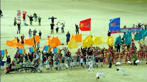 九州新幹線のCMで校庭で旗を降る人たち=JR九州提供