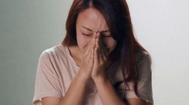 結婚について悩み泣き出す女性