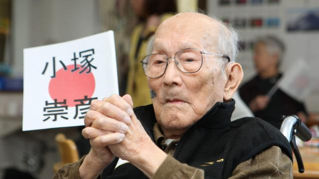 フィギュアスケート男子フリーをテレビ観戦する小塚崇彦選手の祖父、光彦さん=2010年2月19日