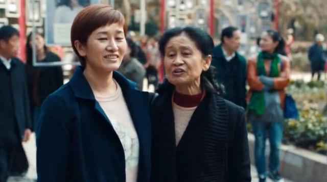 母親と歩く独身女性
