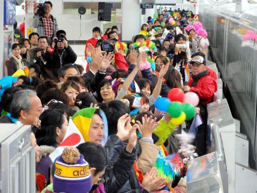 九州新幹線のCM撮影では、JR鹿児島中央駅のホームにあふれんばかりの人が押し掛けた=2010年2月20日